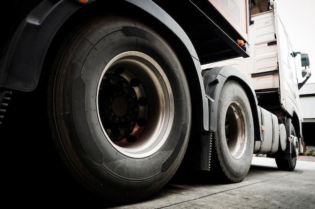 半トラックトレーラーのトラックホイールのクローズアップ Premium写真