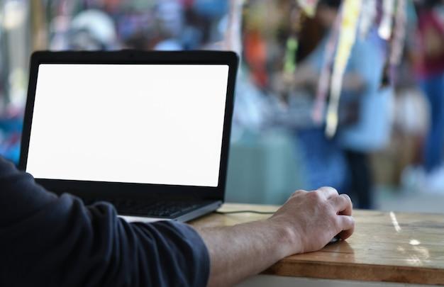 フリーランスの従業員はノートパソコンを使ってオフィスの外で仕事をしています。 Premium写真