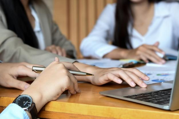 女性のオフィスチームがオフィスでの仕事をまとめています。 Premium写真