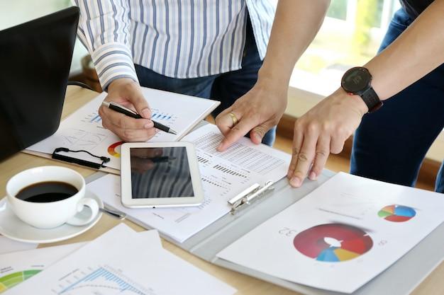 キーボードノートパソコンの手を入力する男。ビジネスチーム作業スタートアップ現代オフィス Premium写真