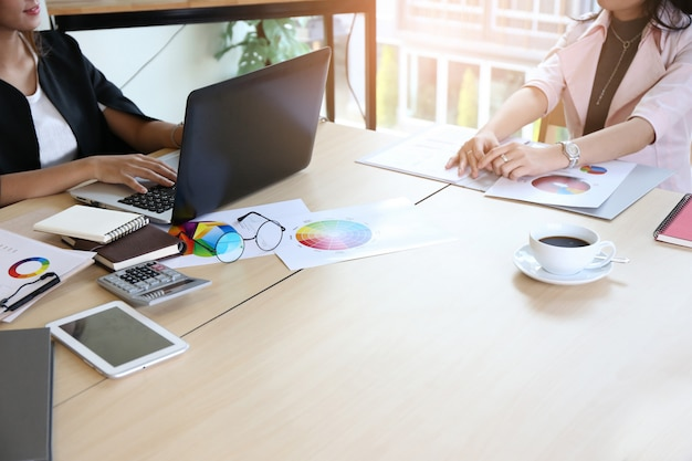 モダンなロフトオフィスの新しいスタートアッププロジェクトで働くスマートな若い実業家乗組員 Premium写真