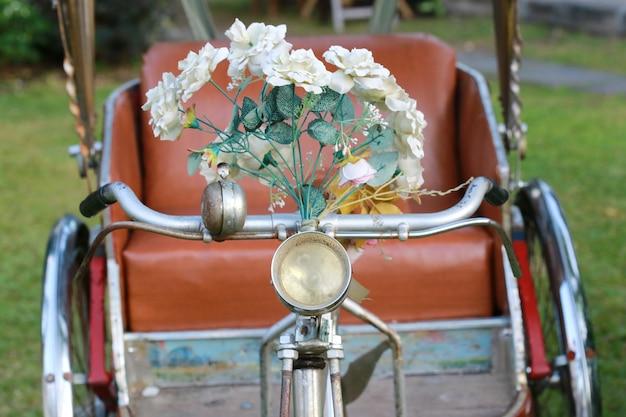 女性との三輪車、チェンマイ、タイ Premium写真