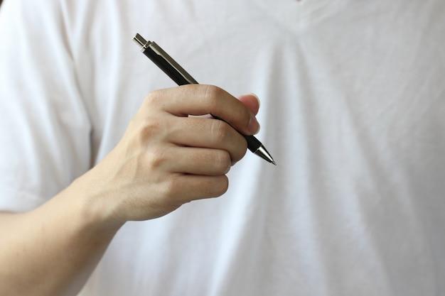 ペンの背景を持つ手 Premium写真