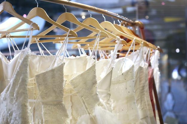 お店でのウェディングドレスのコレクション Premium写真