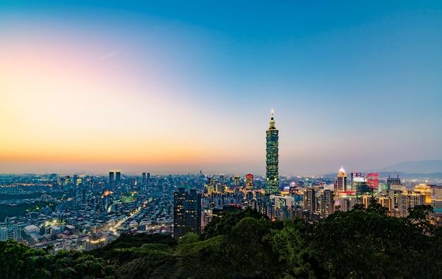 象の山から台北のスカイラインの眺め Premium写真