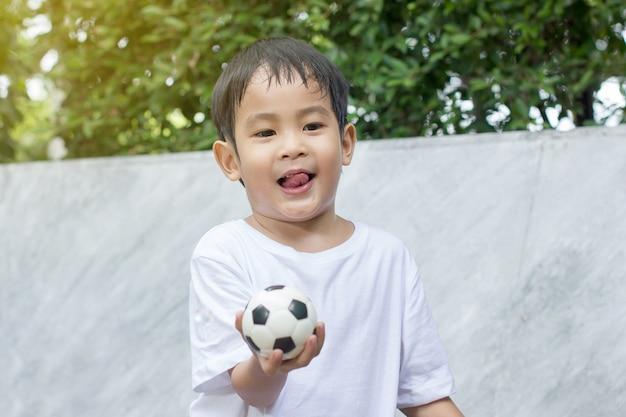 Мальчик потел и измучился от игры в маленькую игрушку. Premium Фотографии
