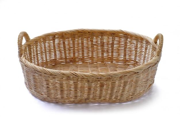 パン屋の果物野菜製品または分離された他のものを入れて空白の枝編み細工品バスケットギフト。 Premium写真