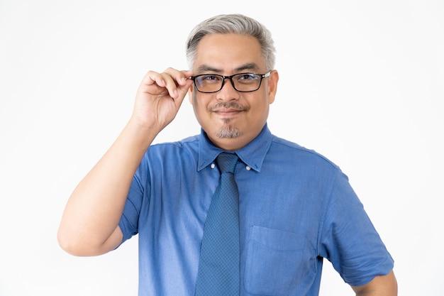 メガネと半袖シャツを着て自信を持ってアジアビジネス男の肖像 Premium写真