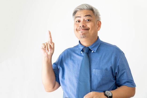 メガネと半袖シャツを指している自信を持ってアジアビジネス男の肖像画 Premium写真