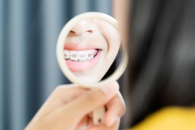 笑顔と幸せの中かっこ歯を持つ少女 Premium写真