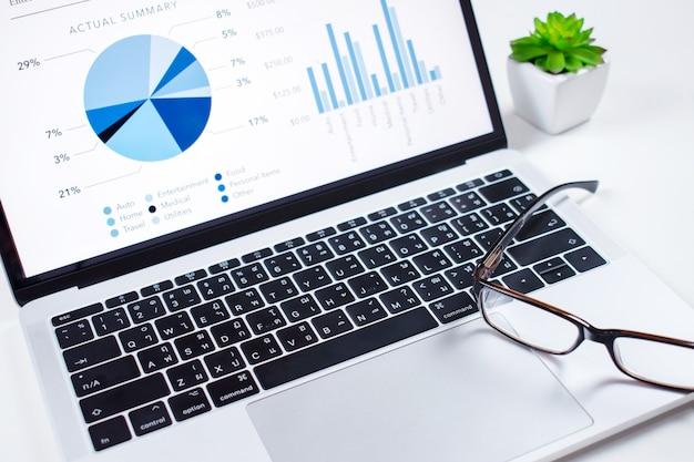投資家はコンピュータの前面にある財務ダッシュボードを分析します。財務コンセプト。 Premium写真