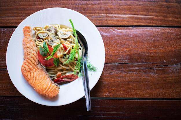 グリーンカレースパゲッティ Premium写真