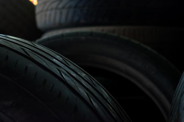 店で多くの古いタイヤ Premium写真