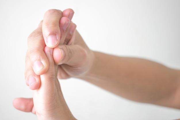 女性は白で隔離される手の痛み Premium写真