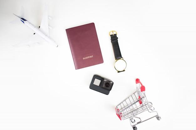 ショッピングカートでアクセサリーを使って旅行や買い物を計画します。 Premium写真