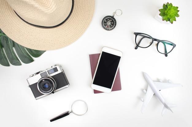 白の旅行のために準備されたパスポートと旅行アクセサリー Premium写真