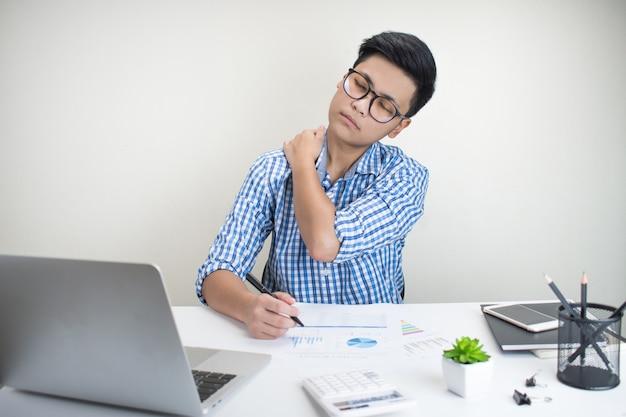 Молодые бизнесмены испытывают боль в спине и плечах от тяжелой работы. Premium Фотографии