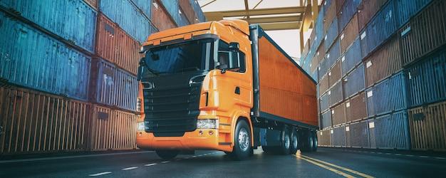 トラックは港にあり、後ろにコンテナが配置されています。 Premium写真