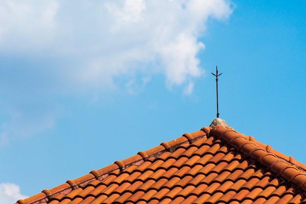 Оранжевая кирпичная крыша с молниями на крыше Premium Фотографии