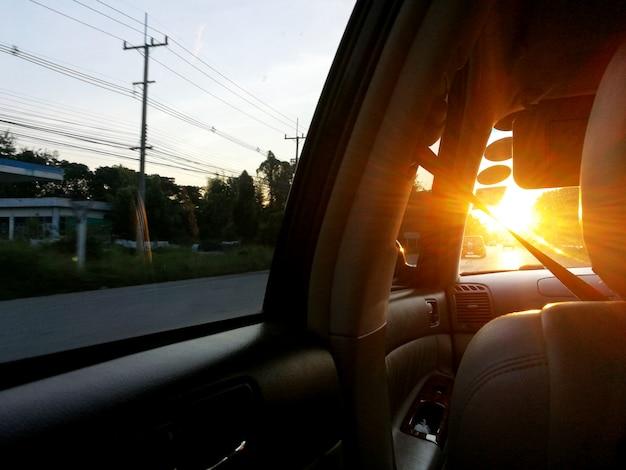 夕方には車のフロントガラスを通して日光 Premium写真