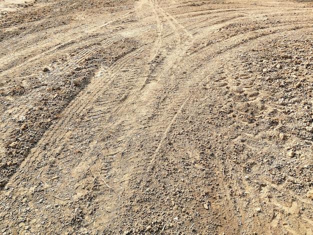 地上の多くの車両のタイヤ跡 Premium写真