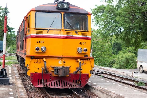 タイの鉄道線路または鉄道トンネルパス Premium写真