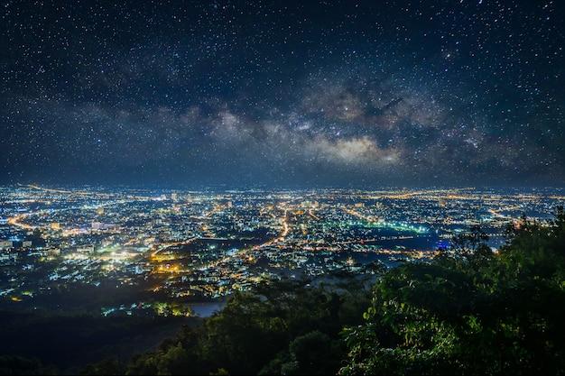 Город ночной пейзаж с точки зрения на вершине горы, чиангмай, таиланд Premium Фотографии