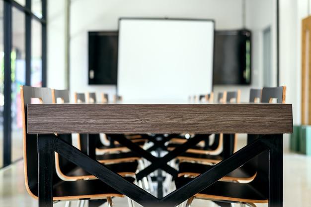 木製のテーブルと椅子の近代的なオフィスの会議室の内部 Premium写真