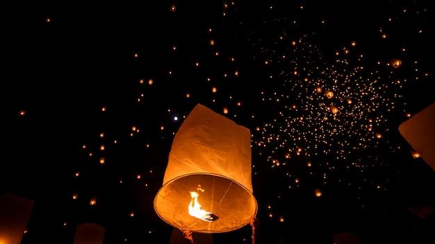 Плавающий небесный фонарик в северном тайском традиционном новом году Premium Фотографии