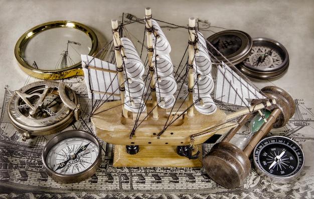 コンパスと砂時計のミニモデル船 Premium写真