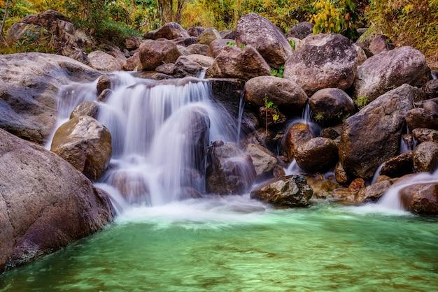 川の石と滝 Premium写真