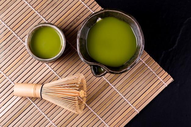木の表面にボウルに緑茶抹茶のトップビュー Premium写真