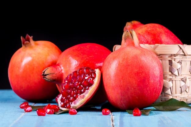 熟したザクロの果実 Premium写真