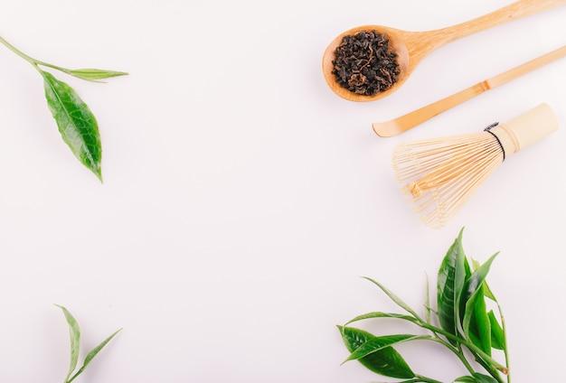 白い背景に分離されたビンテージ緑茶葉 Premium写真