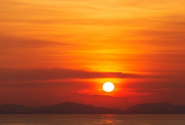 夕焼け雲とカラフルな劇的な空 Premium写真
