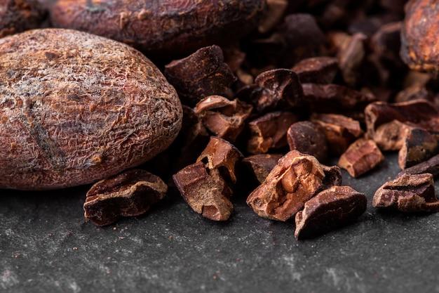 砕いたダークチョコレートとカカオ豆、トップビュー Premium写真