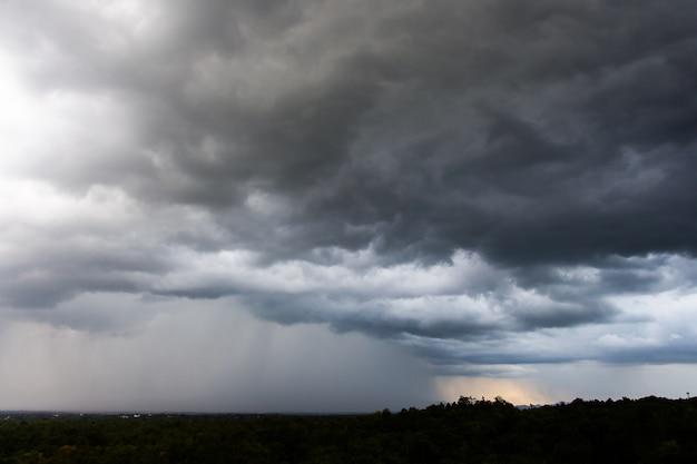 天気の嵐の空雨の雲 Premium写真
