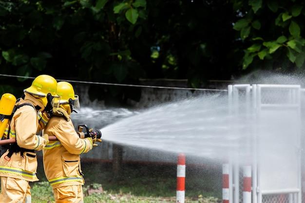火の上の消防士 Premium写真