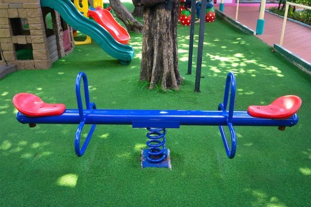 庭の子供の遊び場に空白の青いティーターボード Premium写真