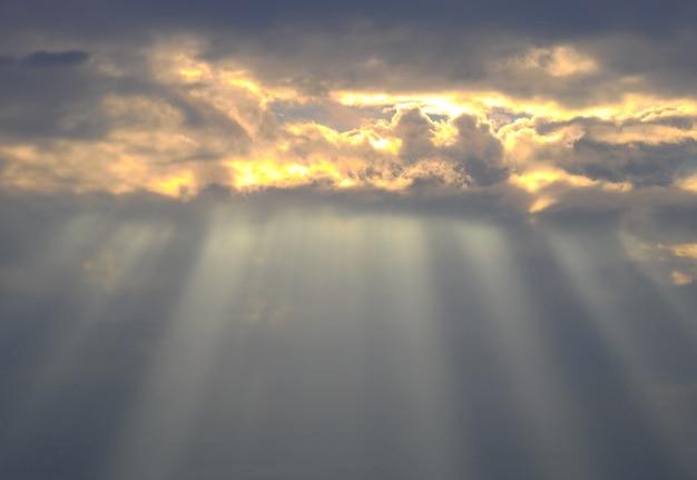 Красивое закатное небо с фоном удивительных солнечных лучей Premium Фотографии