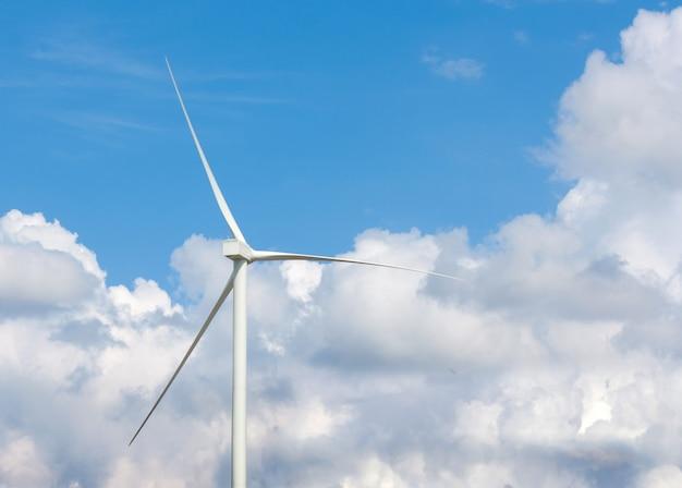 Многие ветряные турбины на лугу. Premium Фотографии