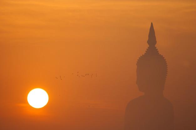 日没時の大仏 Premium写真