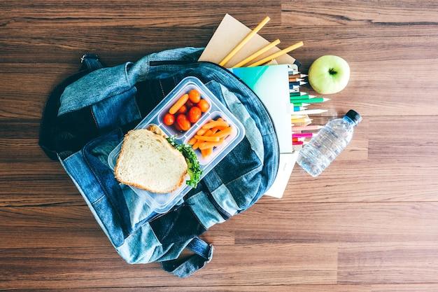 野菜とパンのスライスのランチボックス Premium写真