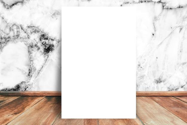白い空白の紙は、白い大理石の壁のテクスチャの背景と木製の床にモックアップ Premium写真