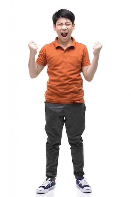 怒っている少年は白で隔離されます。 Premium写真