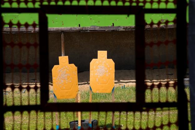 弾痕のある紙の射撃対象 Premium写真