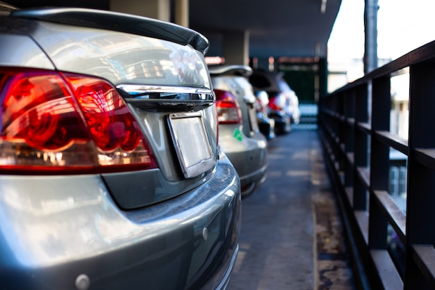 行の駐車場の車 Premium写真