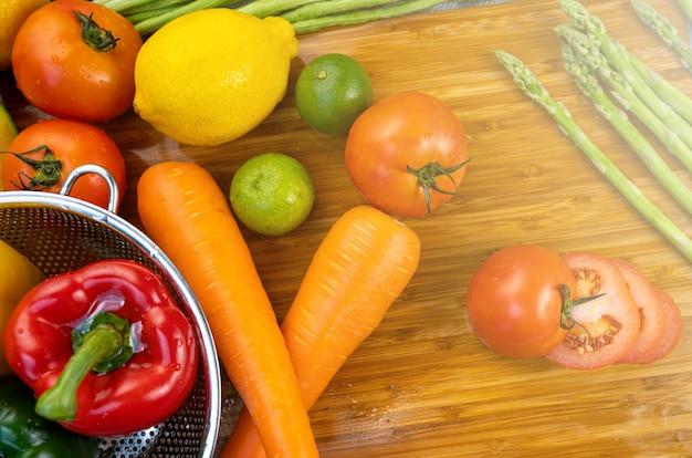 Мытье фруктов и сырых овощей. Premium Фотографии
