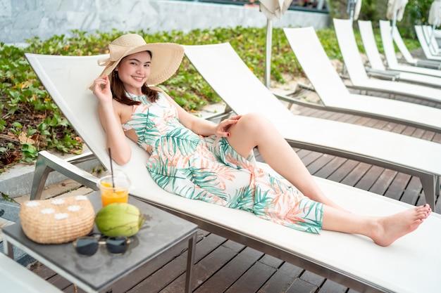 サングラスと海の帽子をかぶった美しい女性 Premium写真
