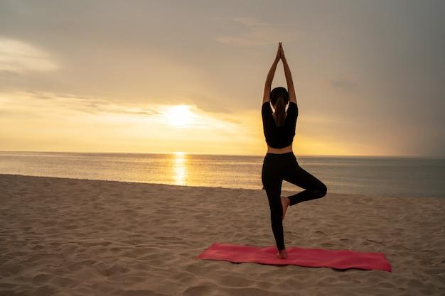 美しい女性の運動で幸せ Premium写真